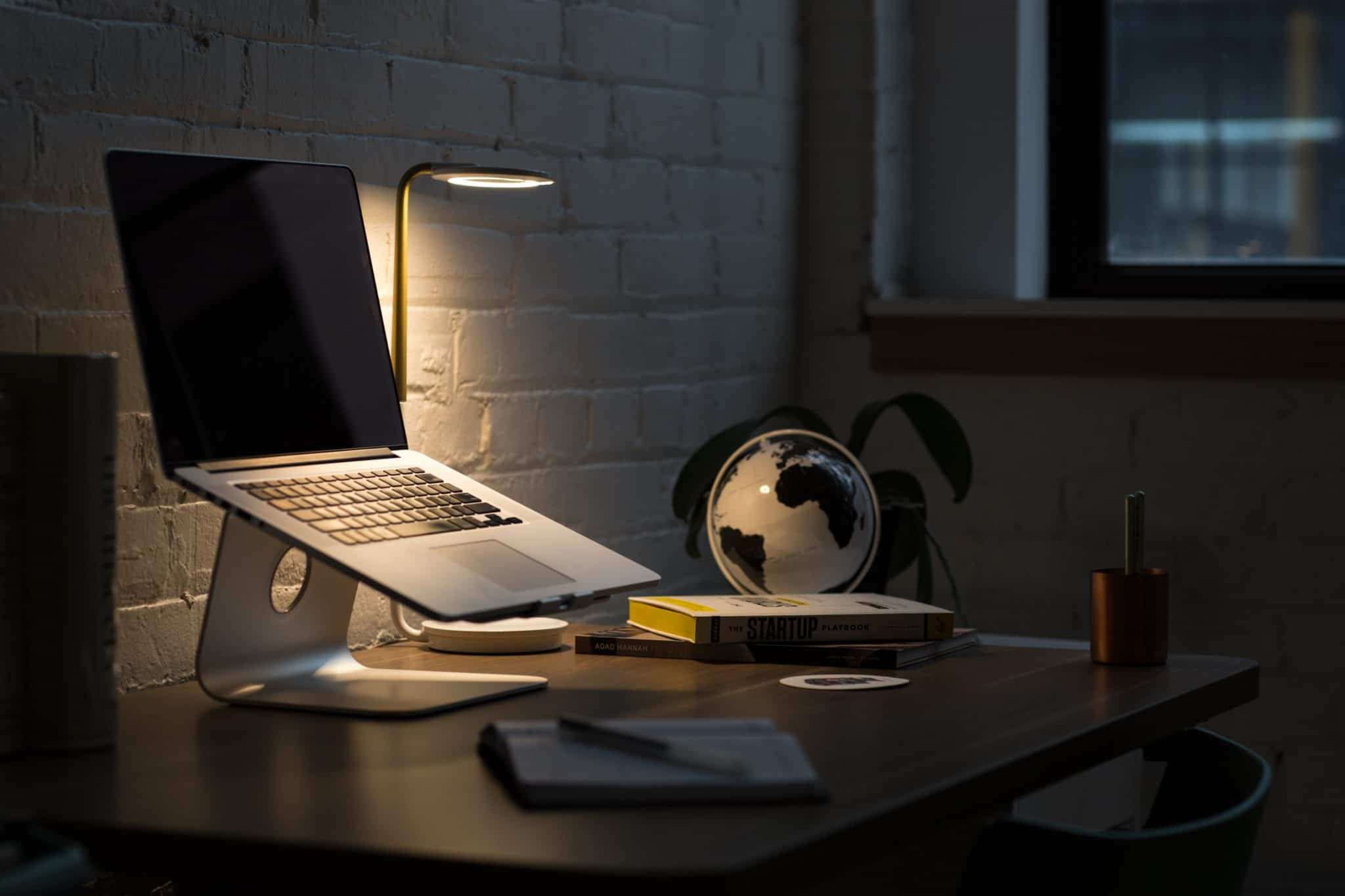apple-computer-desk-374857